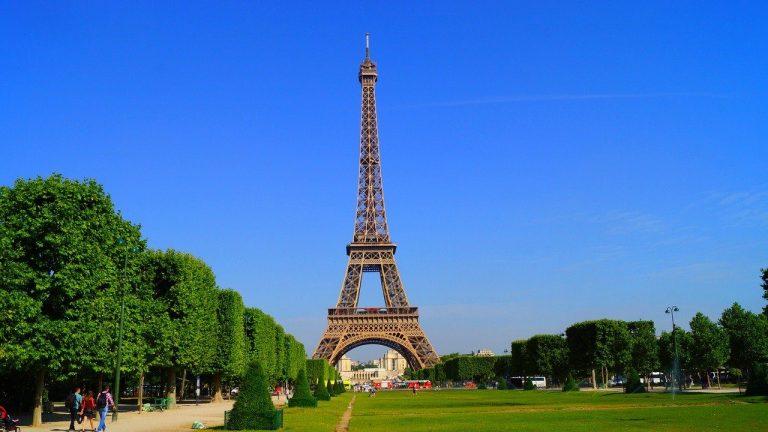 Combien faut-il de pots de peinture pour repeindre la tour Eiffel ?